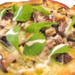 ジェノバソースで作った季節のピザ